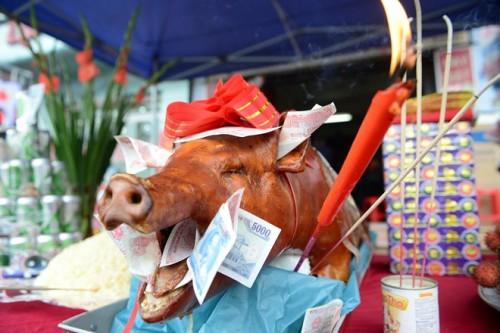 Người Sài Gòn với thói quen mua heo quay cúng tphcm